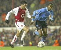 Reyes ya golea con el Arsenal